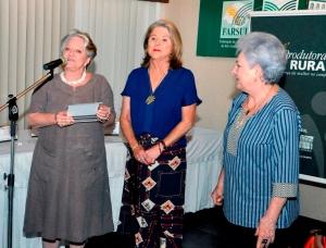 Beatriz Dreher Giovannini recebe de Zênia Aranha da Silveira, presidente da Comissão das Produtoras Rurais da Farsul e Mariana Sperotto o prêmio, Crédito Comunicação Farsul