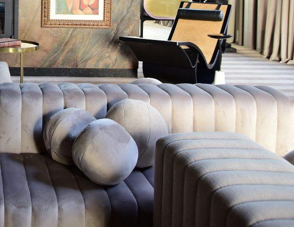 No ambiente Jadore de Henrique Steyer detalhe do sofá Leffa medindo sete metros de comprimento com design autoral